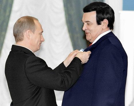 Путин награждает Муслима Магомаева