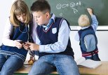 В Баку ученикам запретили пользоваться мобильными телефонами