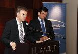 Генеральный менеджер AccessBank Михаэль Хоффманн (слева)