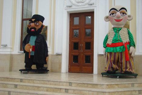 Герои национального фольклора у входа в здание Кукольного театра