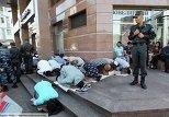 мусульмане совершают намаз в Москве