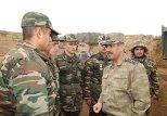 министр обороны АР Закир Гасанов общается с солдатами ВС АР
