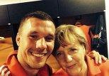 Нападающий сборной Германии сделал селфи с Меркель