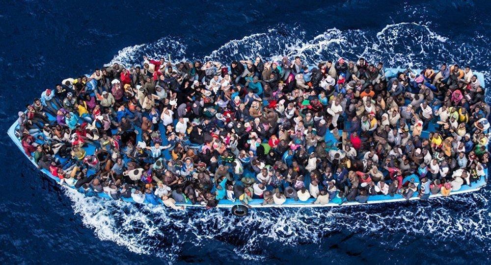 Нелегальные мигранты отправляются в Европу через Средиземное море.