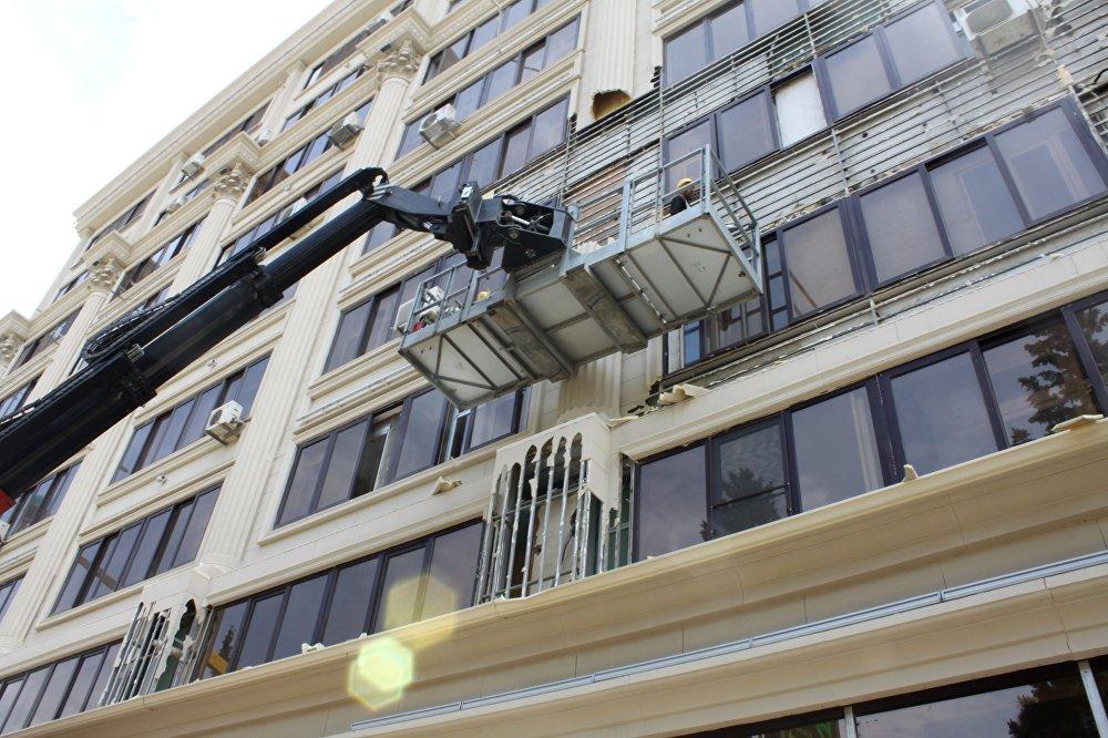 На улице Гасанбей Зардаби_69 и 70 приступили к снятию огнеопасной облицовки с жилых домов