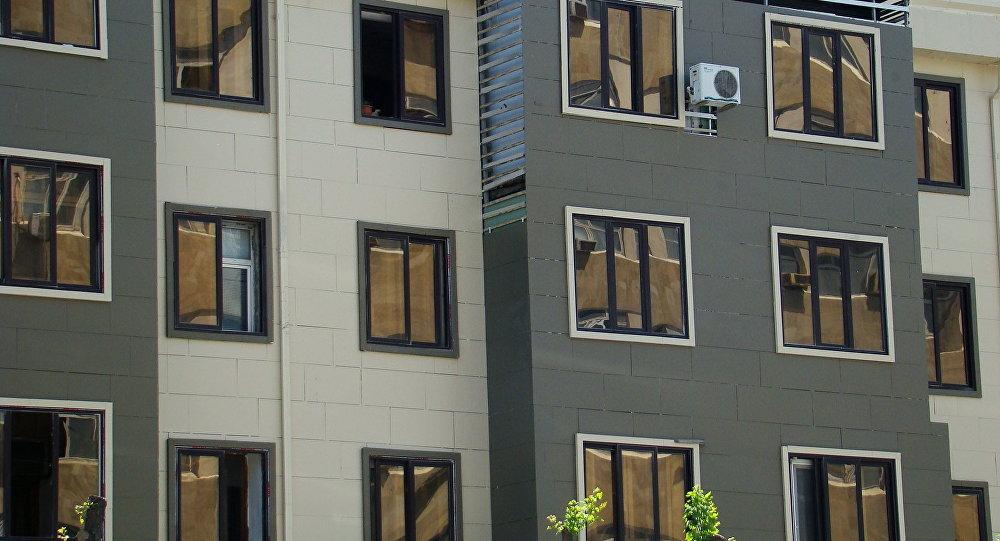Работы по демонтажу огнеопасных облицовок зданий в Баку находятся на последней стадии.