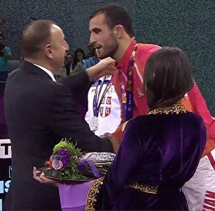 Президент Ильхам Алиев награждает победителя Евроигр