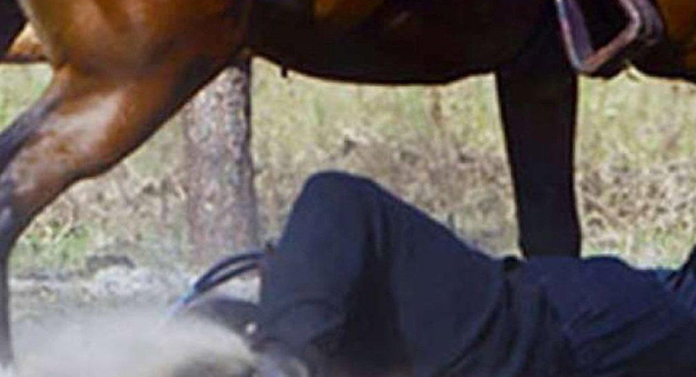 Atın quyruğuna bağlanmış adam