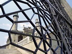 У стен старой крепости в Баку