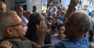Пенсионеры дрались и стучали в двери банка в очереди за деньгами в Афинах