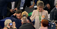 Депутаты Европарламента обнимали Ципраса и аплодировали ему в зале заседания