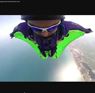 Иранский любитель экстрим Рза Муради совершил полет над Каспием с вингсьютом
