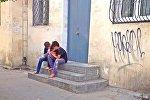 Двое беспризорников на скамейках у жилого дома нюхают клей, фото из архива
