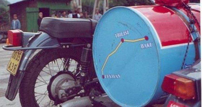 Amerikalı yazar Tomas Qoltsun SOCAR-a hədiyyə etdiyi motosikl