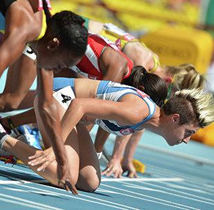 Спортсменки в предварительном забеге на 100 м