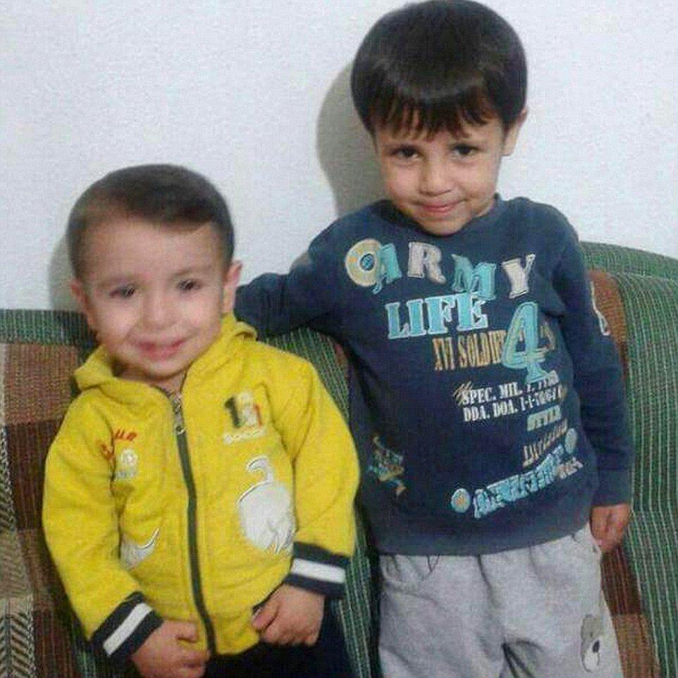 Погибшие трехлетний сирийский мальчик Айлан Курди и его пятилетний брат Галиб.