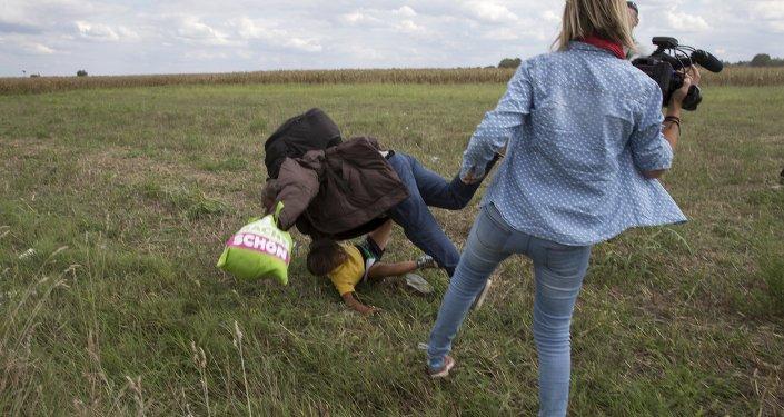 Macar jurnalist qadının Suriyalı ata və uşağa qarşı etdiyi qeyri-insani hərəkət
