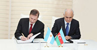 Министр экономики и промышленности Азербайджана Шахин Мустафаев и заместитель министра иностранных дел, международной торговли и вероисповедания Аргентины Эдуардо Зуаин