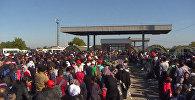 Беженцы еред временным лагерем  в Хорватии. Архивное фото