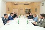 Встреча министра экономики и промышленности Азербайджана Шаина Мустафаева с послом США в Баку Робертом Секутой.
