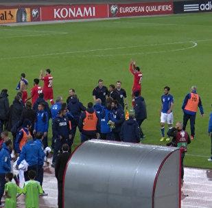 Футболисты Азербайджана аплодировали болельщикам после матча с Италией