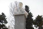 Памятник народному поэту Азербайджана Бахтияру Вагабзаде в городе Шеки