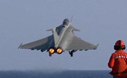 """Истребители Rafale взлетели с авианосца """"Шарль де Голль"""" для ударов по ИГ"""
