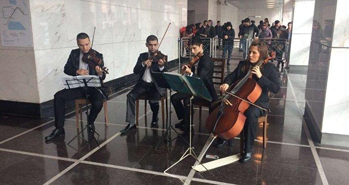 Bakı metrosunda canlı konsert