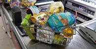 Корзина с покупками в магазине, фото из архива