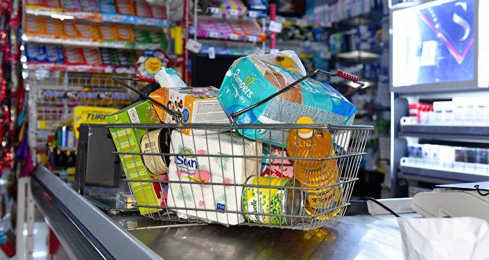 Корзина с покупками в бакинском супермаркете, фото из архива