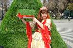 Девушка в азербайджанской национальной одежде демонстрирует атрибут Новруз байрам - Сямяни