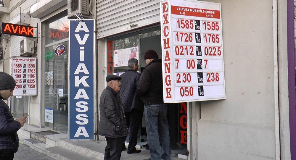 Люди выстраиваются в очереди перед  обменниками в центре Баку