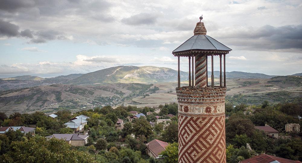 Минарет мечети, пострадавшей в ходе войны, в городе Шуши