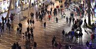 Люди на Площади Фонтанов в Баку