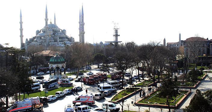 Кареты скорой помощи и пожарные машины на площади Султанахмет