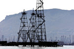 Нефтяные вышки на Каспийском море в г.Баку