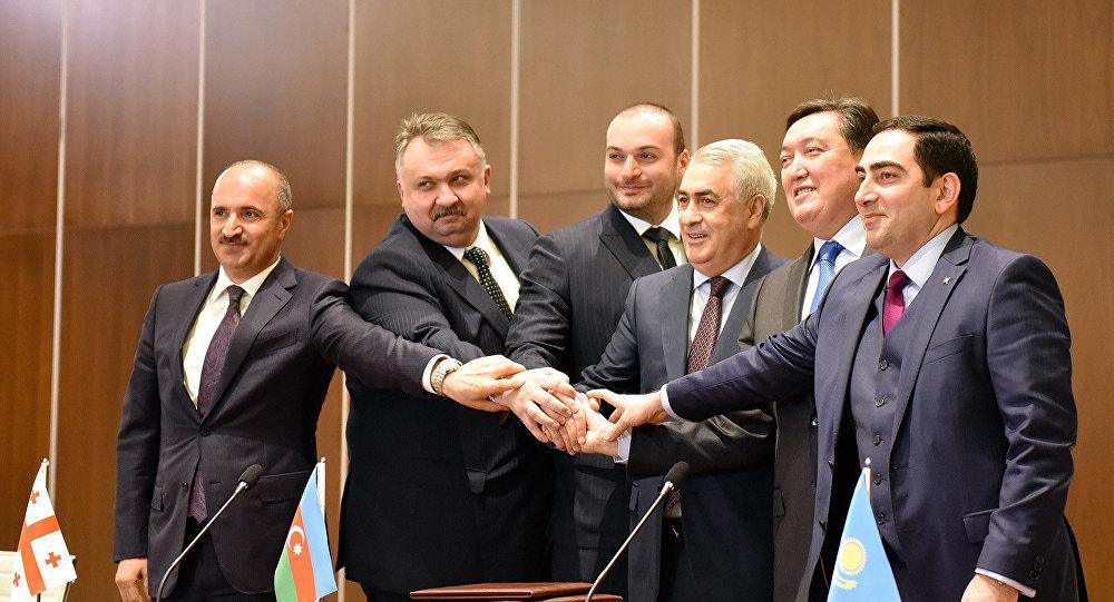 Рукопожатие после подписания протокола