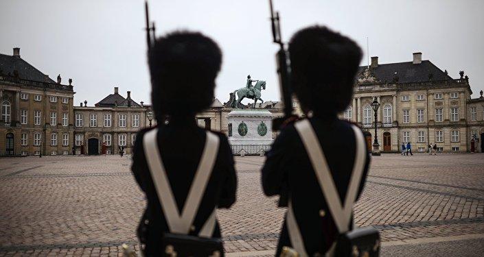 Солдаты перед зданием Парламента в Копенгагене. Архивное фото.