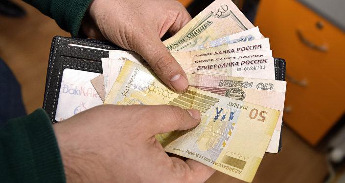 Деньги, манаты, доллары, рубли, фото из архива