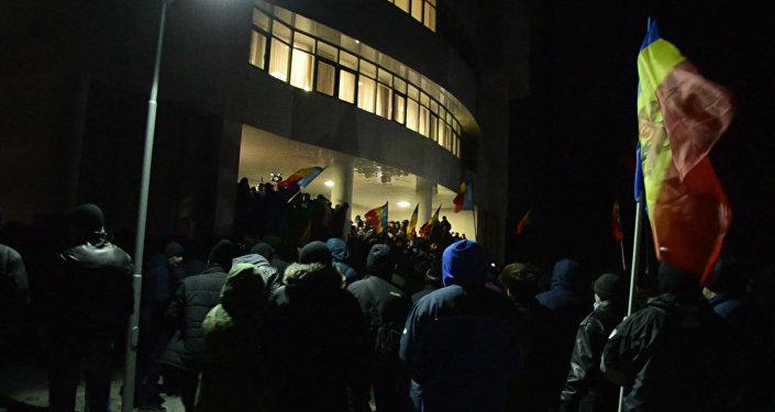 Протесты в Кишиневе: митингующие в здании парламента и нападение на политика