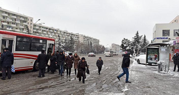 В снежную погоду затруднено также и движение автобусов