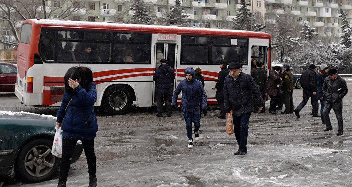 Пассажирский автобус в заснеженном Баку