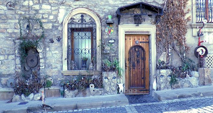Фасад дома Али Шамси увешан различными знаками, символами и амулетами