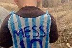 Иракский мальчик в футболке из полиэтиленового пакета