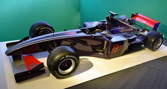 Болид Формулы 1, выставленный на бакинском бульваре