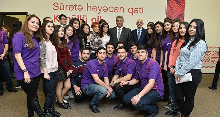 Волонтеры на открытии Волонтерского центра Формулы 1 в Баку