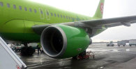 Самолет компании S7 на на взлетно-посадочной полосе аэропорта Домодедово