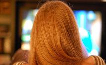 Televizora baxan qız
