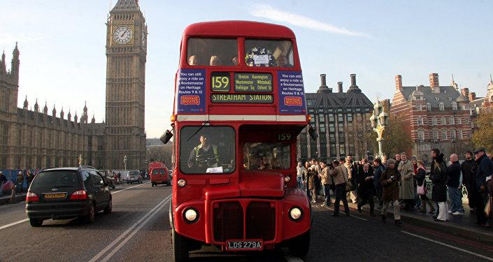 Красный двухэтажный автобус – символ Великобритании