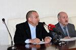 Sahibkar Dönməz Məmmədov (solda)